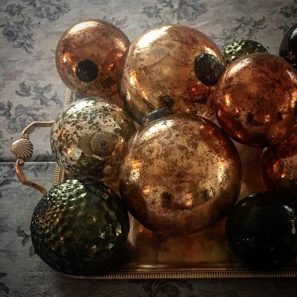 Bolas decorativas de Navidad en el restaurante Deluz
